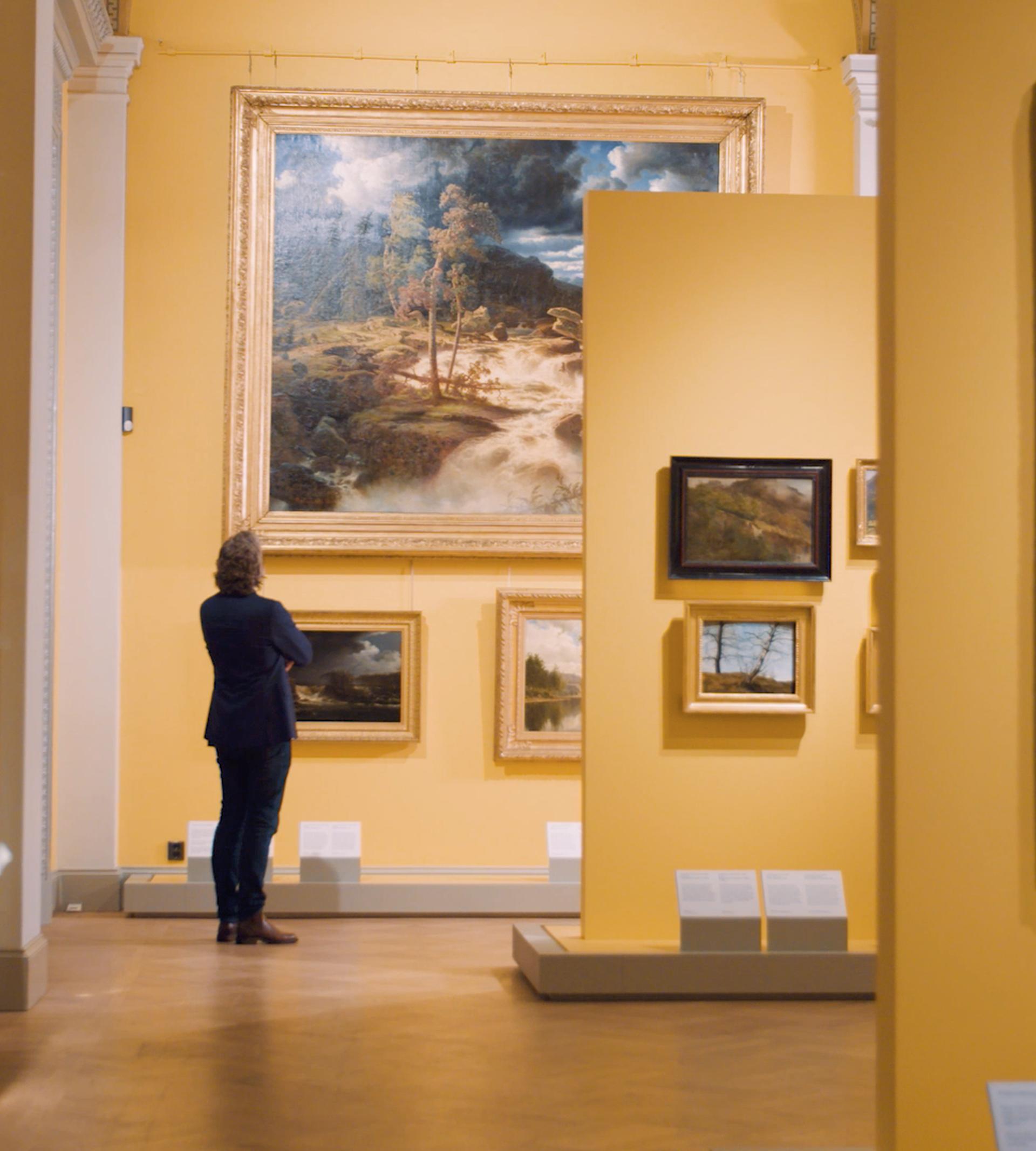 Man beundrar tavla inne på Nationalmuseum