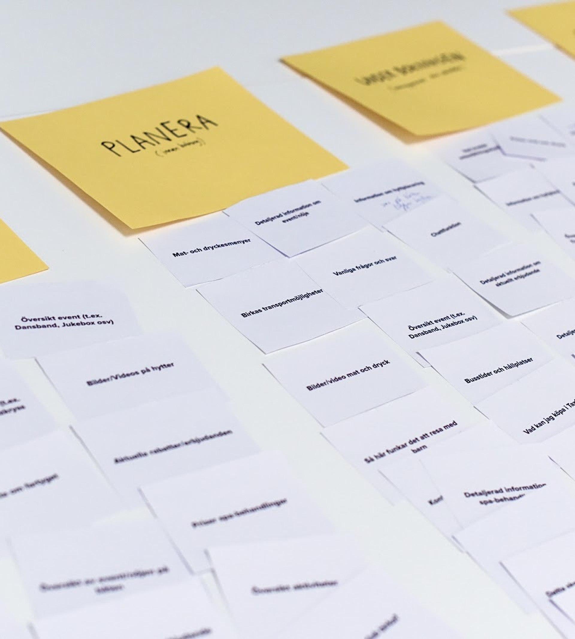 Papperskort på ett bord